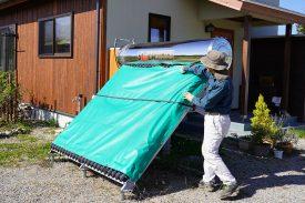 霜対策で軽トラの荷台シートをかけている様子